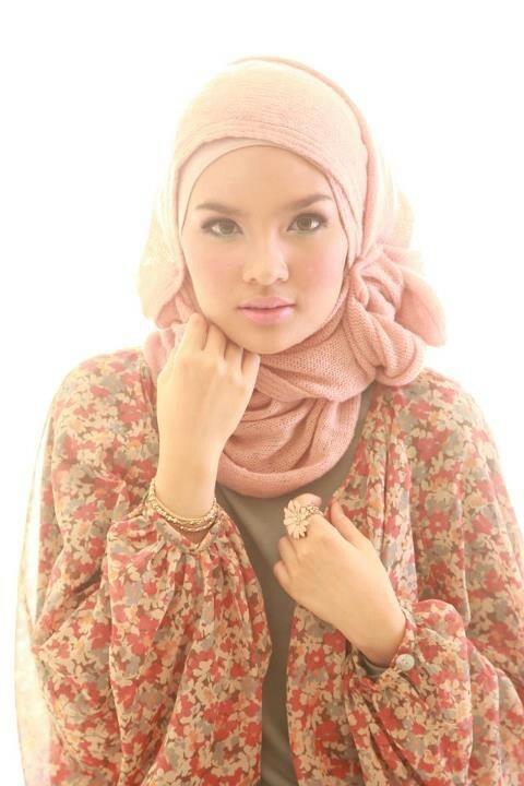 I really like the looseness of the clothing. It is beautiful, mashallah.
