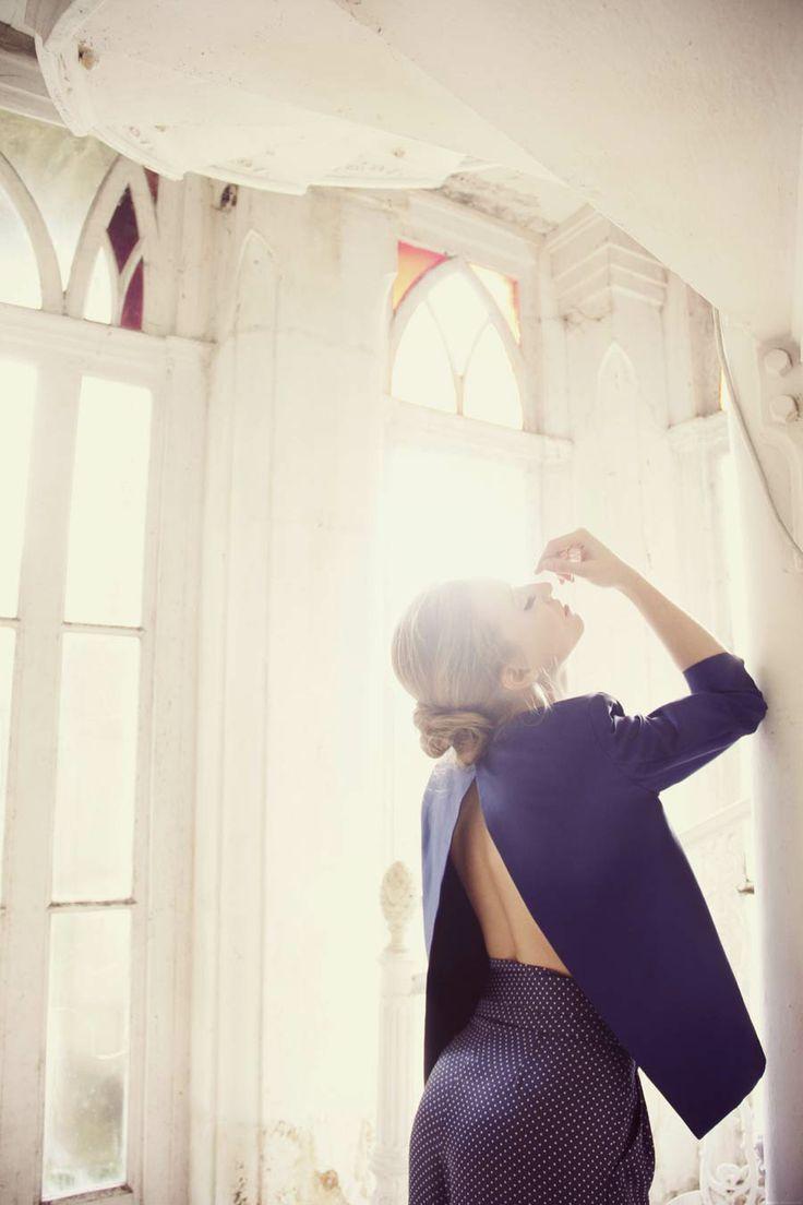Chaqueta azul Klein con espalda abierta.