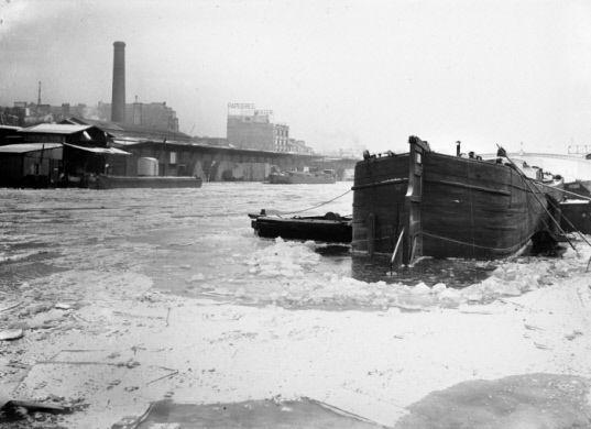 Le canal de l'Ourcq gelé. Paris, janvier 1941.