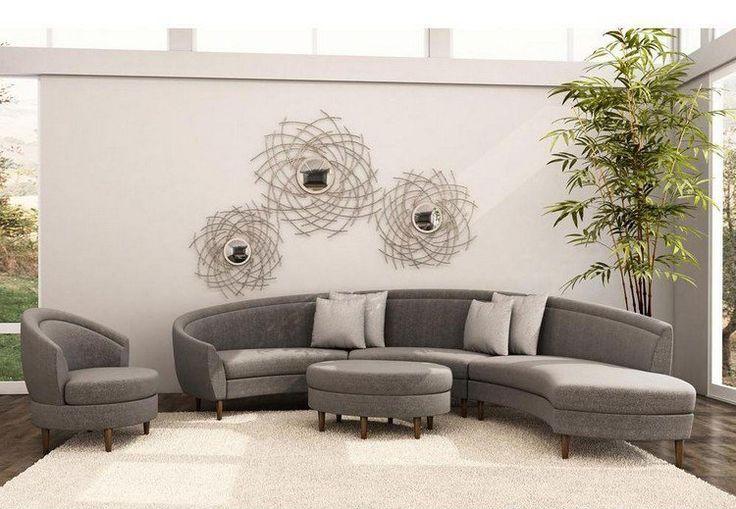 canapé demi lune, fauteuil et ottoman gris dans le salon élégant avec une déco murale miroirs soleil
