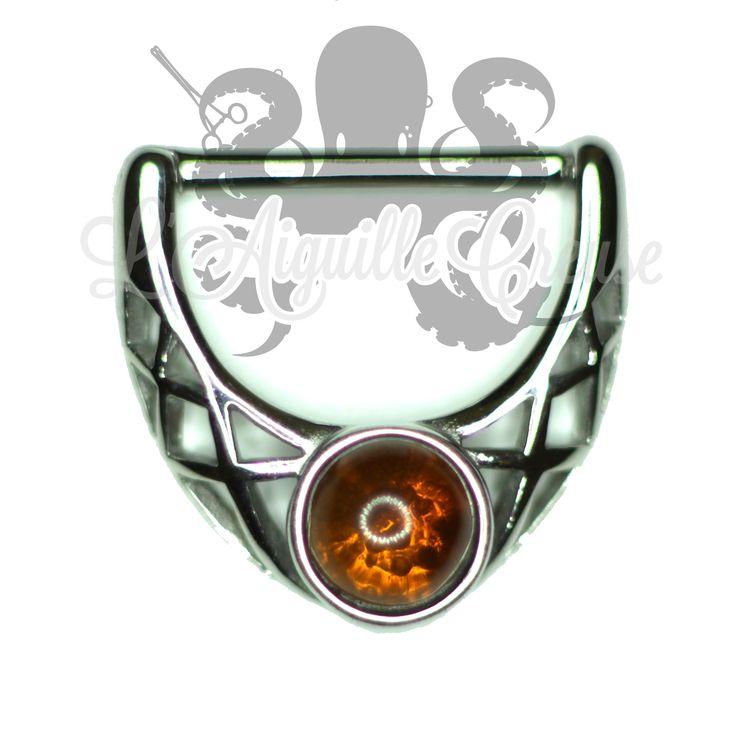 Bijou de téton en fonte d'acier orné d'ambre synthétique.