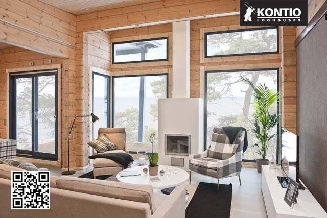 Séjour avec grandes baies vitrées dans la maison en bois Kontio.