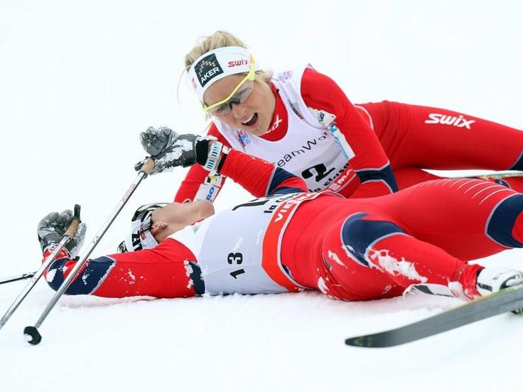 Marit Björgen (l) und Therese Johaug feiern den norwegischen Doppelsieg über 10 Kilometer beim Langlauf-Weltcup in La Clusaz noch im Schnee. (Foto: Eddy Lemaistre/dpa)