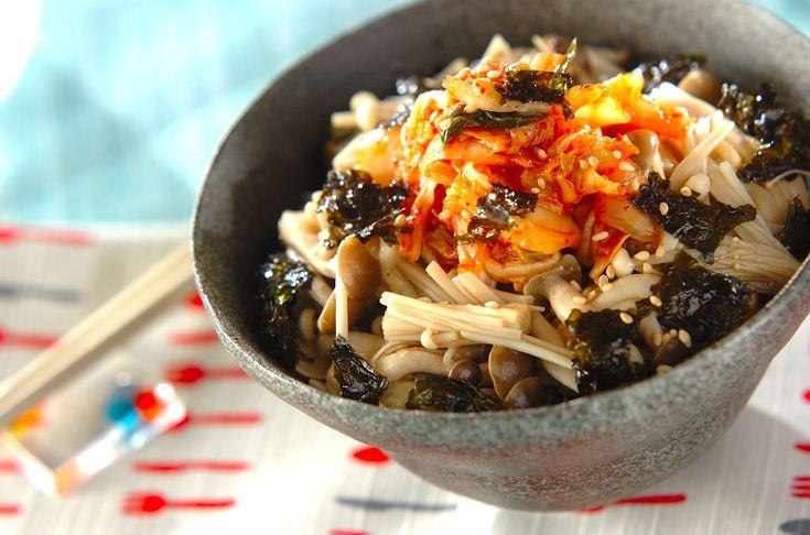 キノコはレンジで加熱するので、鍋やフライパンは使いません。ピリ辛キムチでご飯がすすみますよ。