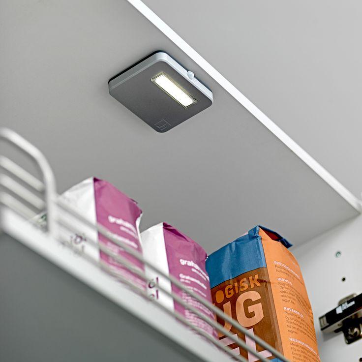 Indbygningslys med sensor byder dig velkommen, når du åbner skabe og skuffer. Teknikken er en lige så naturlig del af køkkenet som af din hverdag. Oplev mere New Life på www.jke-design.dk.