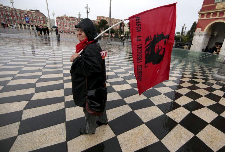 Una donna con una bandiera di Che Guevara sta per unirsi alla manifestazione convocata a Nizza, nel sud della Francia. - Eric Gaillard, Reuters/Contrasto