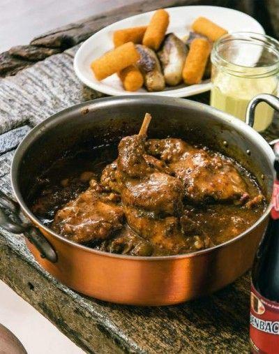 Konijn met Rodenbach en picklesmayonaise is een lekker recept, Een stoofpot van konijn: een Vlaamse klassieker. Deze keer niet met pruimen, maar met een krachtige Rodenbach. Die kleurt niet alleen de saus mooi donker, het vlees krijgt er ook een heel intense smaak door. Lekker met gestoofd witloof, kroketten en picklesmayonaise.