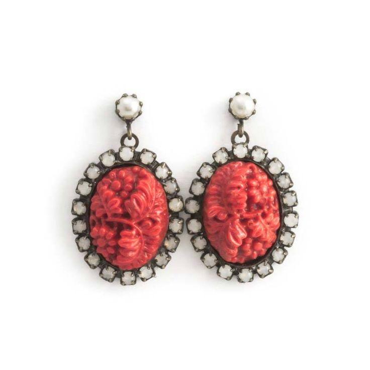 Rode oorbellen met camé van gesneden koraal