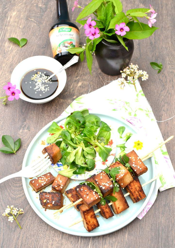Brochettes de tofu marinées au soja, miel et sésame