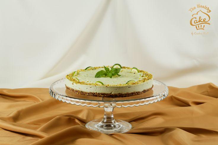 Tort de lime si menta #TheHealthyCake #rawvegan  Blat: migdale, stafide, fistic Crema: caju, lime, lamaie, menta, vanilie Bourbon, miere Ornat: fistic, lime, menta