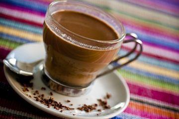 Irish Cream    3 colheres (sopa) de leite condensado    1/3 xícara (chá) de café expresso ou solúvel (diluído em água)    1 dose (50ml) de uísque    ½ colher (café) de essência de amêndoa    ½ colher (café) de essência de baunilha    1 colher (sopa) de chocolate meio amargo picado    1 colher (sopa) de creme de leite fresco batido em ponto de chantilly (opcional)