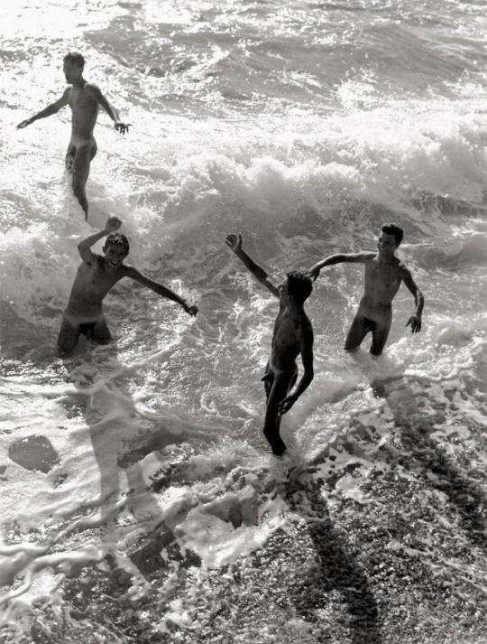 Jouer dans les vagues