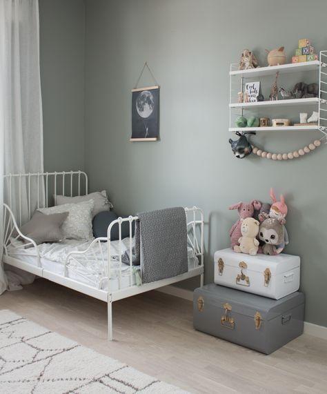 En blandad kompott av bilder från Edessas rum som även är mitt favoritrum. Är väldigt nöjd med väggfärgen, att det både bjuder in till lek men även är just ett mysigt sovrum. Edessa stormtrivs verk…