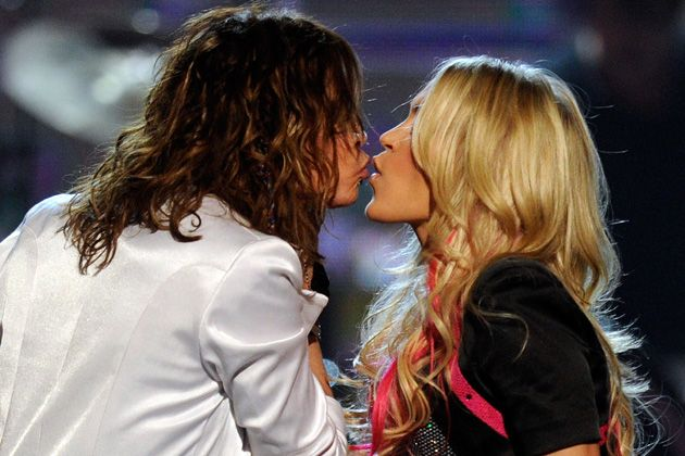Carrie Underwood,Concert kiss @ www.wikilove.com