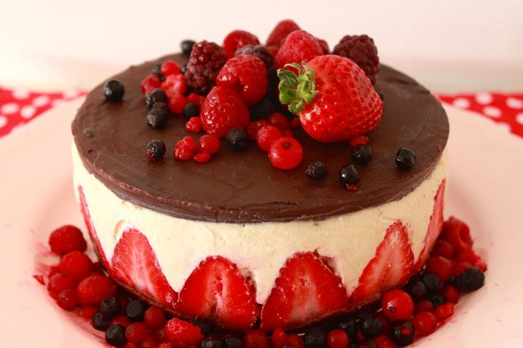 <p>This vegan cake is everything but a traditional cheesecake. Not only because it is dairy, egg and gluten-free, but because its amazing three layers won't leave you indifferent.</p>