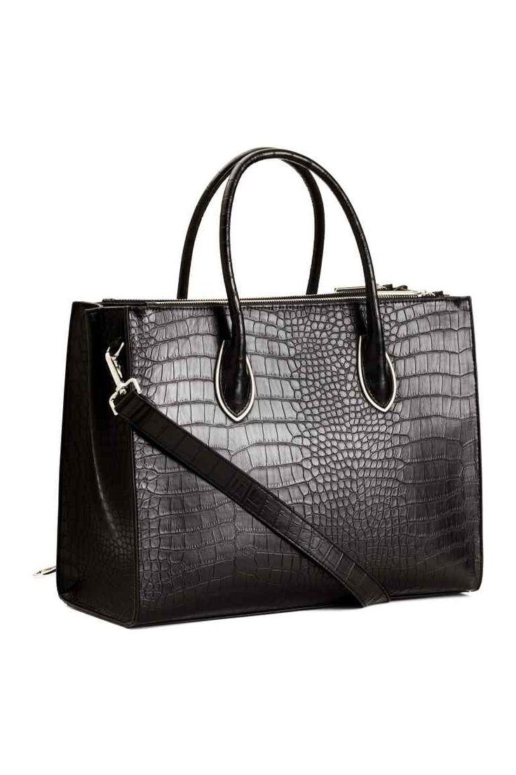 Handtas: Een handtas van stevig, generfd imitatieleer met metalen details. De tas heeft twee hengsels, een afneembare schouderriem, studs aan de onderkant en drie binnenvakken waarvan één met rits. Gevoerd. Afmetingen 16x28x37 cm.