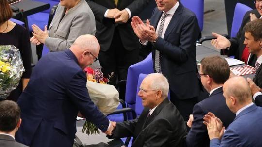 #SZ   #AfD #Kandidat #Glaser #faellt #in #drei Wahlgaengen #durch   Berlin.  Der #neue #Bundestag #ist #mit #einem Eklat #gestartet. #In #der konstituierenden #Sitzung #an #diesem #Dienstag fiel #der AfD-Kandidat Albrecht #Glaser #bei #der Vizepraesidentenwahl #drei #Mal hintereinander #durch. #Der #Sitz #der Rechtspopulisten #im Praesidium #bleibt #damit #bis #auf weiteres unbesetzt. Von #Michael #Fisc