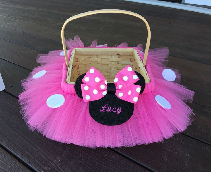 Se muestra arriba en rosa chicle. Elegir el monograma que nombre o iniciales en la cabeza de Minnie. Esta cesta se puede hacer para que coincida con cualquier traje en mi tienda. La Minnie es hecha en ya sea tinto, rosado o morado con lunares blancos con fieltro apliques de Minnie.