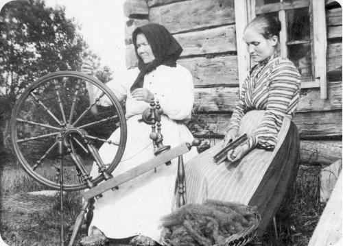 kehrääjä ja karstaaja; Cantell, Liinu. Suomen Museovirasto. Finland. My mother knew how to do this...