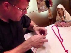 El padre José, de la diócesis de La Crosse (Wisconsin) nos enseña a hacer el un Rosario de cuentas de cuerda. Primera parte.