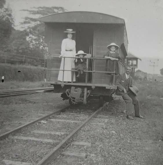 ``တရံေရာအခါ.....ျမန္မာျပည္မွာ၊ ဤမီးရထားအား ......ေကာင္းဘိြဳင္-ဗိုလ္စံဖဲတို႔အဖြဲ႔ .....ဝင္ေရာက္ စီးနင္းၾကမည္ေလာ။ ။(၁၉၁၀)`` .......Edwardians On A Railway Carriage; Burma(1910) (File Photo)
