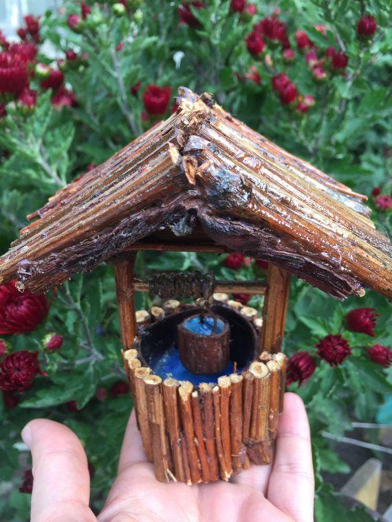 Wishing Well, puits jardin féerique, miniature bien, bien fée, fée des accessoires de jardin   Un petit charme bien pour votre jardin de fée ou la fée maison!  Cette bien belle est avec un design d'une douce petite maison ! :) Le toit est fait de branches !  Vernis pour la protection !   La mesure de ce bien mignon est : 5,11 en hauteur, 2.16 est de diamètre  L'intérieur est complet avec de l'eau faux, il y a aussi un seau plein d'eau !   Look et ce: ensemble de fée, fée bien du pont photo…