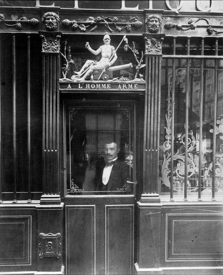 Eugène Atget: À Homme Armé, 25 rue des Blancs-Manteaux, Paris, 1900