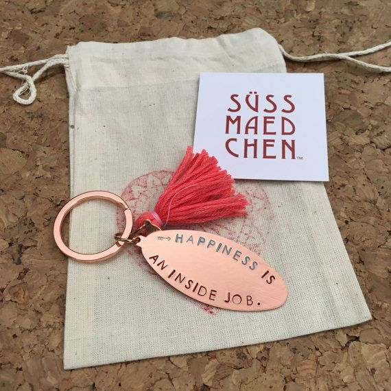 Happiness is an inside job / Kupfer Schlüsselanhänger mit farbenfroher Quaste / Geschenk / Reisebegleiter / Glücksbringer