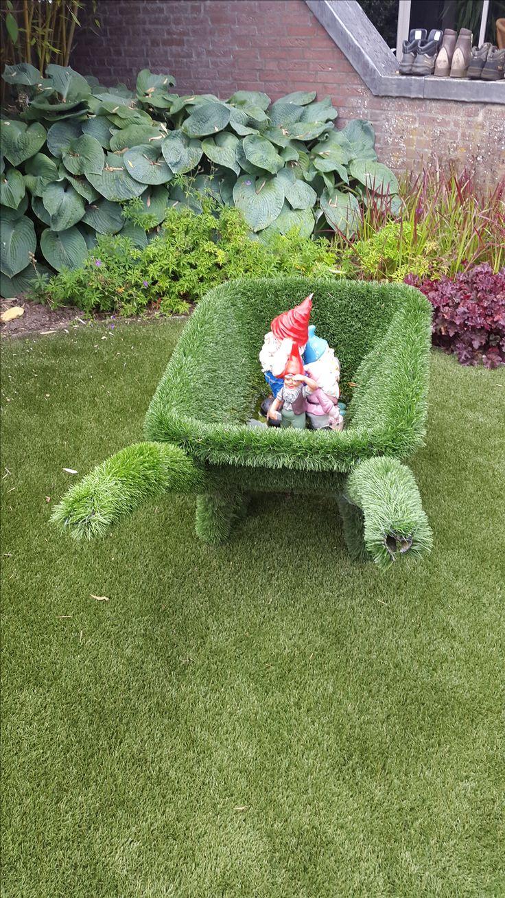 Lucratieve kruiwagen bekleed met imitatie gras waarin een kabouterbeeld is geplaatst, Appeltern