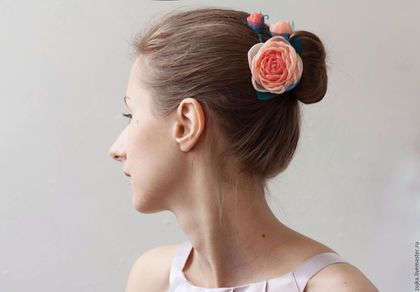 Handmade rose barrette by Zojka Botanica. Click through for the shop