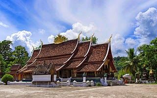 Tempat wisata terbaik di Laos selanjutnya adalah Wat Xieng Thong. Wat Xieng Thong adalah candi Buddha yang terletak di ujung utara semenanjung Luang Phrabang, Laos. Wat Xieng Thong adalah salah satu yang paling penting dari biara Lao dan menjadi monumen yang signifikan terhadap semangat agama dan seni tradisional. Wat Xieng Thong dibangun pada tahun 1559 oleh Raja Setthathirath di dekat bertemunya sungai Mekong dan sungai Nam Khan. Bangunan Wat Xieng Thong memiliki pintu dari kayu yang di…