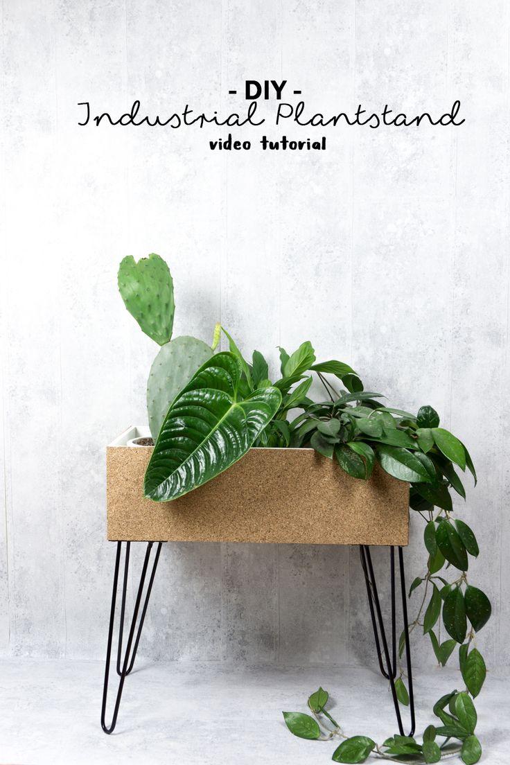 """DIY Plant Stand aus Kork im Industrial Style selber machen: In meinem Video Tutorial zeige ich euch, wie ihr so einen Pflanzenständer für Wohnung, Garten, Balkon oder Terrasse basteln könnt - Mit diesem coolem DIY Möbel setzt du deine Pflanzen Deko gekonnt in Szene! Klicke auf """"Mehr"""", um zum Video zu gelangen! Übrigens: Der DIY Plant Stand ist auch eine tolles DIY Geschenk für einen lieben Menschen ;) schereleimpapier DIY & Upcycling"""