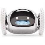 Vi har mange kunder innom butikkene våre som etterspør en vekkerklokke som garantert får en opp av sengen. Dette er en slik vekkerklokke. Den heter Clocky og er utviklet i USA. Som andre vekkerklokker står den på nattbordet, men når alarmen ringer hopper den ned fra nattbordet og ruller av gårde mens alarmen piper. Den eneste måten alarmen kan skrus av på, er ved å gå ut av sengen og fange Clocky. Den bruker vanlige fire AAA-batterier.