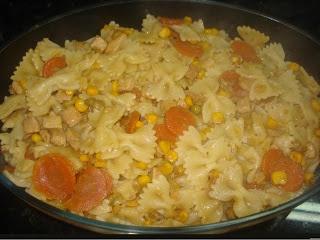 MACARRÃO GRAVATINHA SIMPLES   macarrão gravatinha com: milho, ervilha, peito de frango em cubinhos e cenoura cozidinha a gosto.