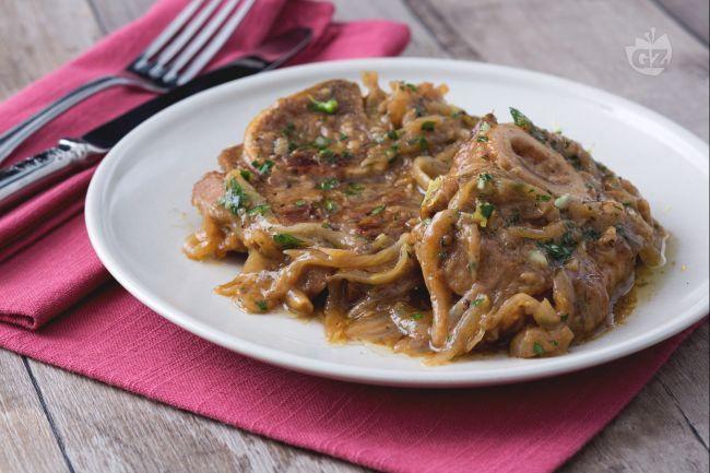 Gli ossibuchi alla milanese sono un piatto simbolo della cucina lombarda, un succulento secondo di carne condito con la tradizionale gremolada.