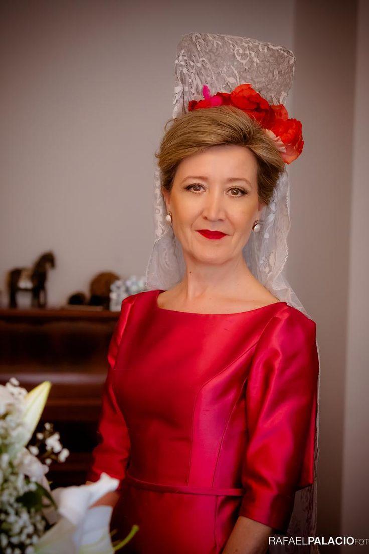 MADRINA CON MANTILLA | Vestido y tocado de flores de seda Cruz Temprado | Maquillaje y peluquería Eva Pellejero