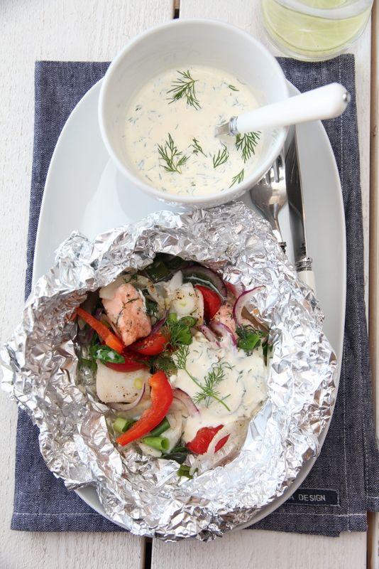 Fiskepakke med spinat, fennikel, tomat, løk og dillsaus