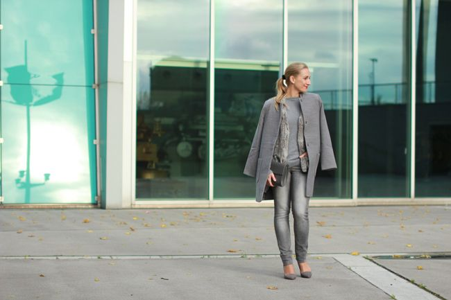 grey skinny jeans, graue Röhrenjeans - Zara / grey sweater - S. Oliver / grey fur vest, graue Pelzweste, Fellweste - Gerry Weber / coat, shoes & clutch - Forever 21 / Modeblog Österreich / Austrian fashion blog / blogger / fashion trend fall winter 2014 / Modetrends Herbst Winter 2014 / autumnal must have / fall look / personal style blog / Ü30 Blog / Materialmix / monochromer Look / monochromes Outfit / grey all over / grau Layering