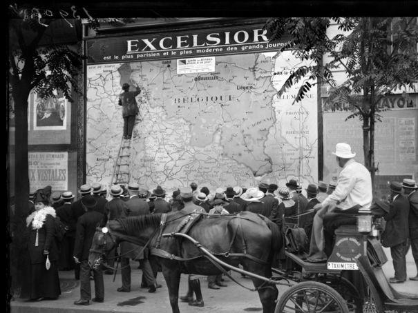 L'Excelsior installe une carte du front au Boulevard des Italiens à la fin du…