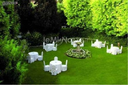 http://www.lemienozze.it/operatori-matrimonio/luoghi_per_il_ricevimento/ristorante-per-ricevimenti-brescia/media  Allestimento del ricevimento nel giardino della location matrimonio: la semplicità di tavoli e sedie bianche crea un contrasto cromatico con il verde del lussureggiante giardino.