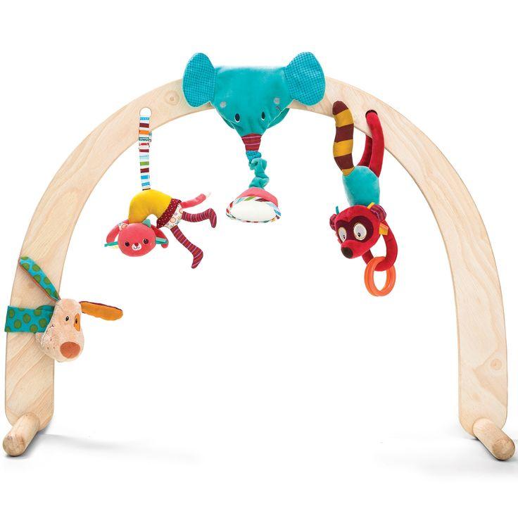 L'arche en bois par Lilliputiens est à compléter avec les sets de jouets à suspendre Cirque et Louise. De superbes jouets à l'effigie d'animaux rigolos qui plairont beaucoup à bébé comme l'éléphant-hochet, le chat, le renard et beaucoup d'autres. Cette arche Lilliputiens est faite de bois, une matière naturelle respectueuse pour bébé. Un bois léger et naturel qui s'intègre facilement à l'univers de la chambre de bébé. Profitez d'une arche en bois très facile à installer et peu encomb...