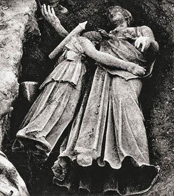 """Πειραιάς Δύο αγάλματα, χιλιάδες χρόνια αγκαλιά: """"Η μικρή Αρτεμις στην αγκαλιά της χάλκινης Αθηνάς"""" Φωτογραφία: του Δημήτριου Χαρισιάδη Το Σάββατο 18 Ιουλίου 1959, το κομπρεσέρ της ΥΔΡΕΞ, που άνοιγε φρεάτιο αποχέτευσης στη διασταύρωση των οδών Γεωργίου Α' και Φίλωνος στον Πειραιά, προσέκρουσε σε βάθος 1,50 μ. κάτω από το οδόστρωμα σε ένα σκληρό αντικείμενο. Ήταν το χέρι του χάλκινου κούρου, ενός θαυμάσιου και σπάνιου για το υλικό του αγαλματικού τύπου, που έγινε από τότε γνωστός ως Απόλλων…"""