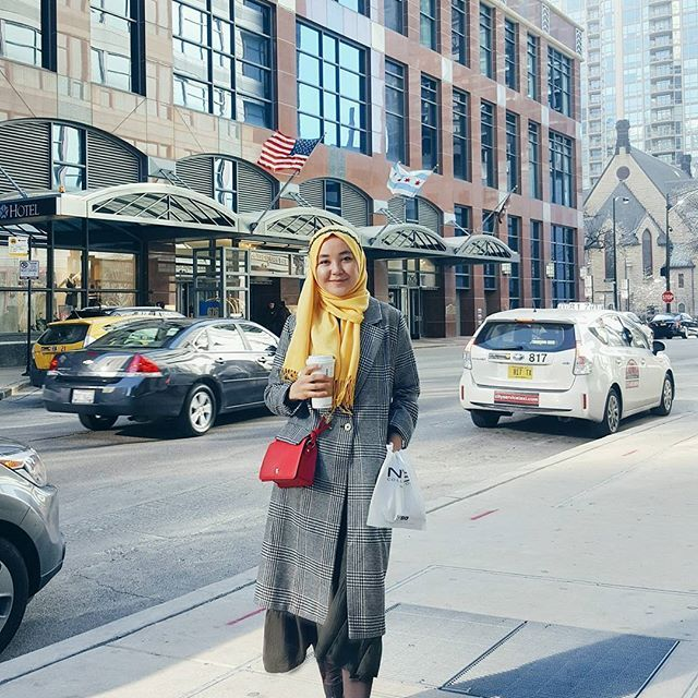 yellow hijab look, checked coat, hijab street style, hijab casual style
