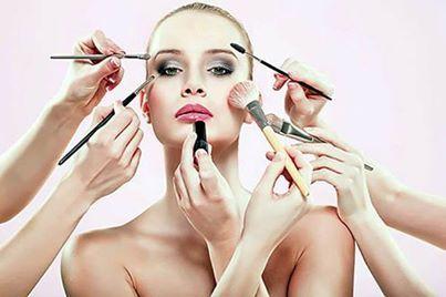 Foto: Umumnya wanita membeli produk kecantikan 2 atau 3 kali lipat lebih banyak dari yang mereka gunakan, karena kaum hawa selalu berpikir tentang variasi. Coba cek saja make-up case Anda, ada berapa banyak variasi blush on,  pewarna bibir, eye shadow, foundation, dan bedak Anda. Wanita menghabiskan begitu banyak uang pada riasan, kalau menurut riset paling tidak rata-rata wanita bisa menghabiskan uang sekitar  £9,525.91 atau Rp 183.826.117 untuk make-up. [via dailymail]