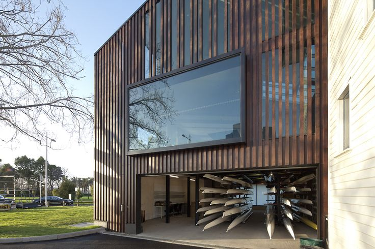 Designed by Lovell Chen, the Melbourne University Boat Club acts as a 'bookend' to the Edwardian boatsheds located on the southern bank of the Yarra River.