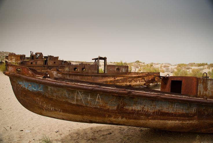 Com a contaminação dos lençóis freáticos, elevaram-se a níveis epidêmicos doenças como o câncer. O Mar de Aral pode desaparecer se nada for feito para modernizar os sistemas de irrigação e adotar práticas ambientais menos agressivas. Na foto, barcos abandonados no deserto, onde antes se viam as águas do Mar de Aral em Moynaq, Uzbequistão.  Fotografia: Ismael Alonso no Flickr.