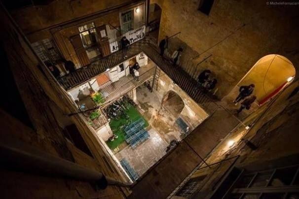 Direttamente dal drone. Questa sera vi portiamo alla mostra di #FotografiaEuropea in #ViadeidueGobbi a #ReggioEmilia... che sembra un cortile, invece è un Atelier d'#Arte!   #Foto di @Michele Morales Fornaciari