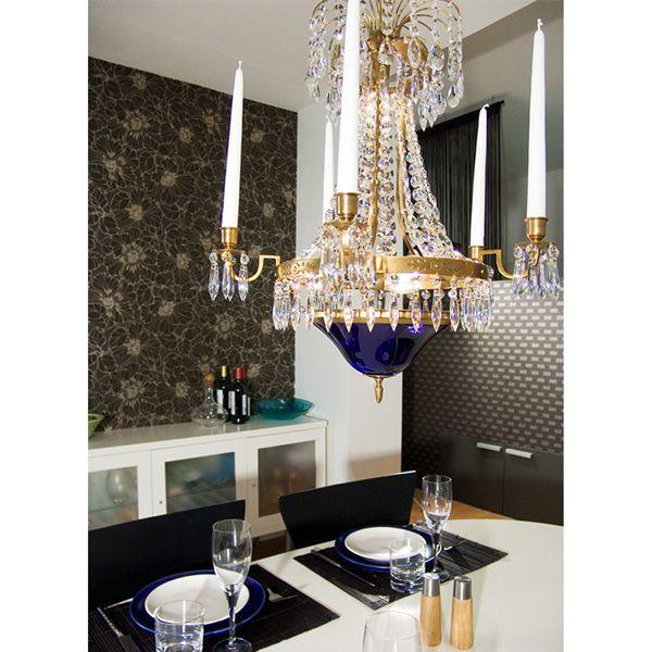 LYSEKRONE KARL JOHAN Den er laget i kong Karl Johan stil, er rammen av oksidert ekte messe, festet med full kutt dråpe krystall og kjeder av åttekanter. Det har også en blå bolle nederst. Hver farge og krystall er valgt for luksuriøse design.Lysekrone med levende lys.