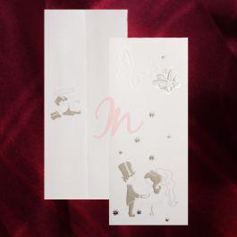 Invitatia din carton are in partea de jos un desen care ii intruchipeaza pe cei doi miri, avand in jurul lor stelute argintii, iar in partea de sus sunt imprimati doi fluturasi. Plicul are in partea de sus desenul cu cei doi si este inclus in pret. #invitatie de #nunta, #invitatie #fluturasi, #invitatie #miri, #invitatie #eleganta, #invitatie