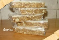 Domácí müsli tyčinky bez pečení | SUROVINY NA 14 PORCÍ: 1 bal.vločky ovesné 2 hrsti sluneč semínka 1 hrst konop semínka 100 g lísk ořechy mleté, 2 hrsti lněná semínka mleté dle potřeby sezam semínka, med lesní, studená voda 2 PL olivový olej na vymazání 1 bal.poleva cukrářská 3 PL kokos na posypání Všechno smícháme, dokud nevznikne tvarovatelná hmota, pokud je třeba, přidáme vody, natlačíme do formy, vymazané olejem. Polevu podle návodu a polijeme vrch. Posypeme kokosem, dáme do chladničky.
